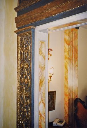Lesene e cornici in gesso per un portale