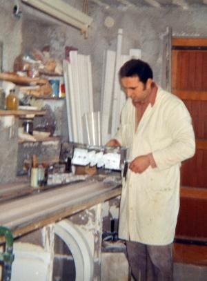 Andrea al lavoro nel garage di casa nel 1972